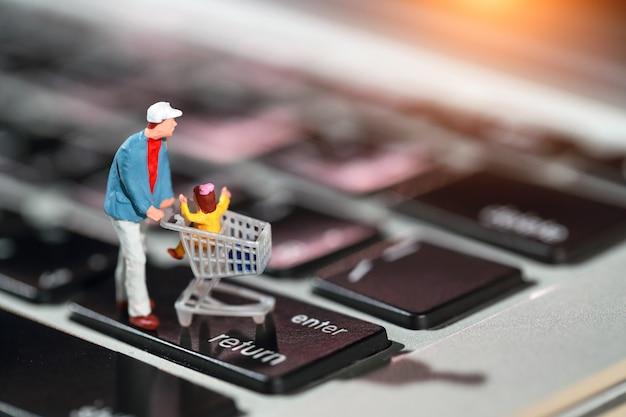 Käufer drücken sie die eingabetaste auf der computertastatur als online-zahlung von zu hause aus