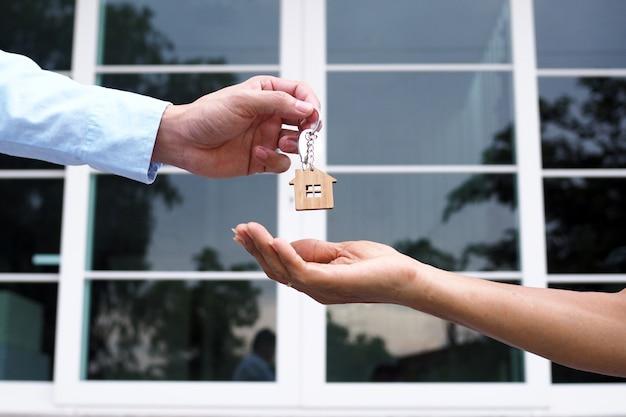 Käufer von eigenheimen nehmen den verkäufern ihre schlüssel ab. verkaufen sie ihr haus, mieten sie haus und kaufen sie ideen.