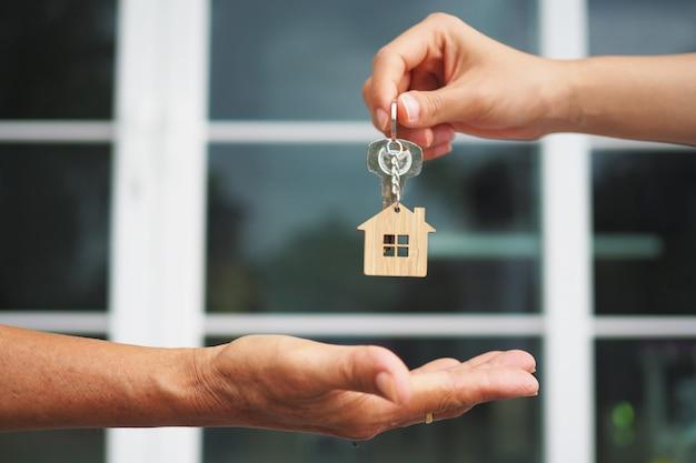 Käufer von eigenheimen nehmen den verkäufern ihre schlüssel ab.