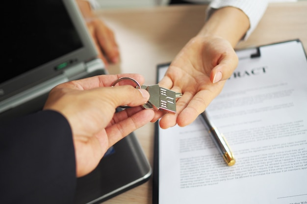 Käufer von eigenheimen nehmen den verkäufern ihre schlüssel ab