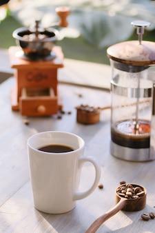 Kaffee am sonnigen morgen
