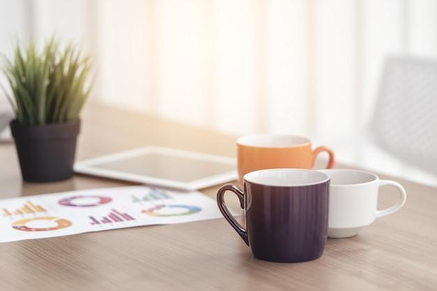 Kaffee auf bürotisch für pause oder frühstücksgeschäftskonzept
