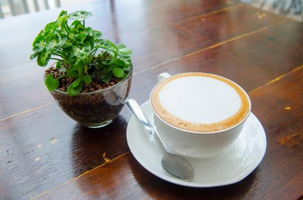 Kaffee auf dem tisch, latte art