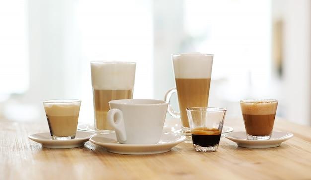 Kaffee auf den tischen auf einem tisch