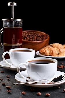Kaffee auf dunklem hintergrund