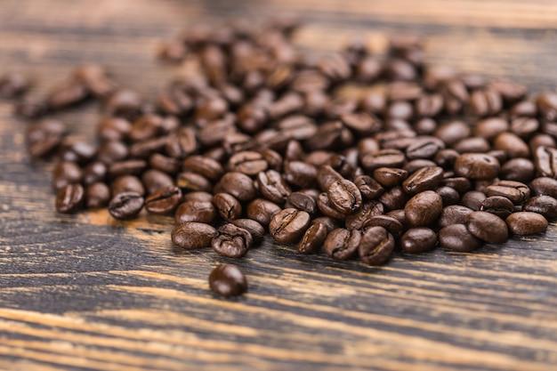 Kaffee auf grunge-holz-hintergrund