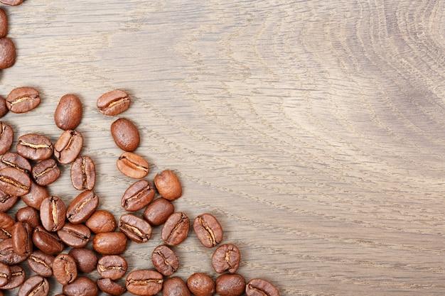 Kaffee auf hölzernem hintergrund des schmutzes. makrofoto mit hoher auflösung.
