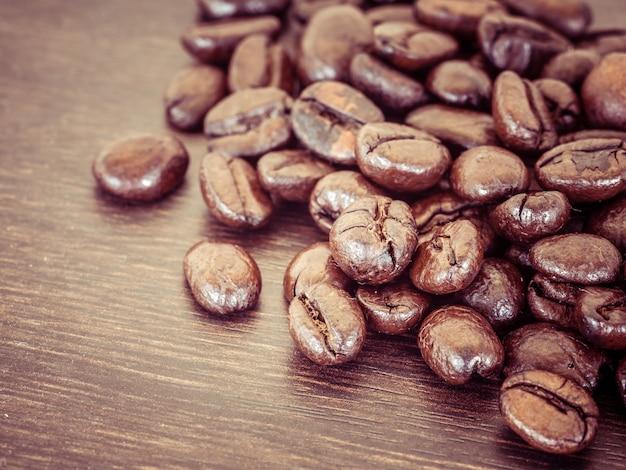 Kaffee auf hölzernem hintergrund des schmutzes mit retro- weinleseart des filtereffektes