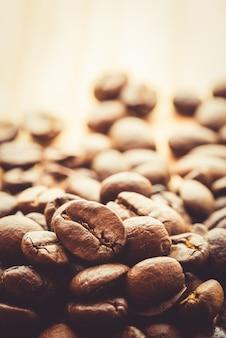 Kaffee auf hölzernem hintergrund des schmutzes