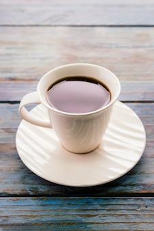 Kaffee auf holztischen