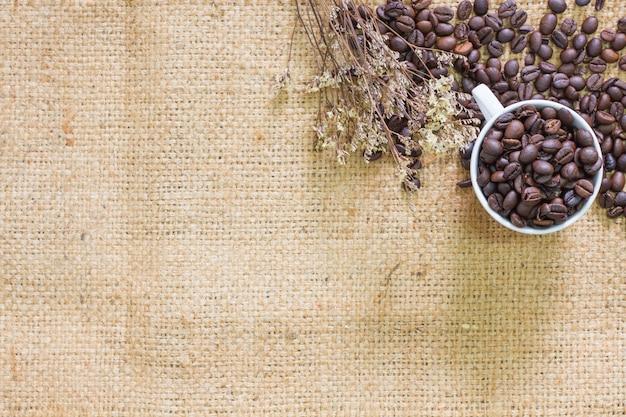 Kaffee auf sackleinenbraun, draufsichtfokus.