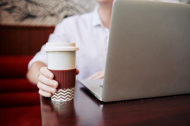 Kaffee aus großer tasse trinken