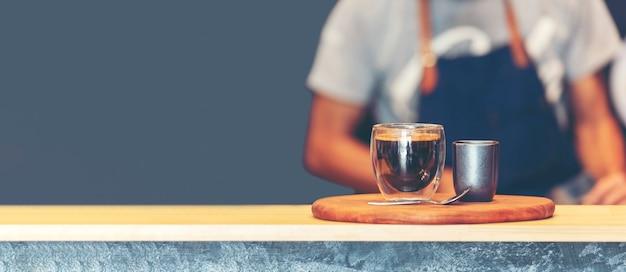 Kaffee-barista machen espresso aus der heißen tasse der kaffeemaschine.