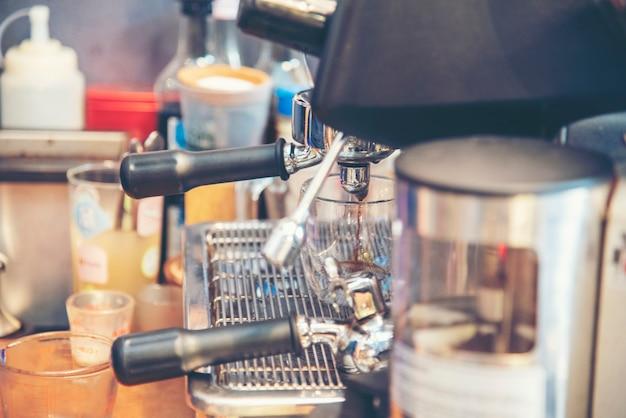 Kaffee-barista macht espresso aus der heißen tasse der kaffeemaschine