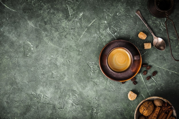 Kaffee, blumen und gewürze auf altem grünem hintergrund