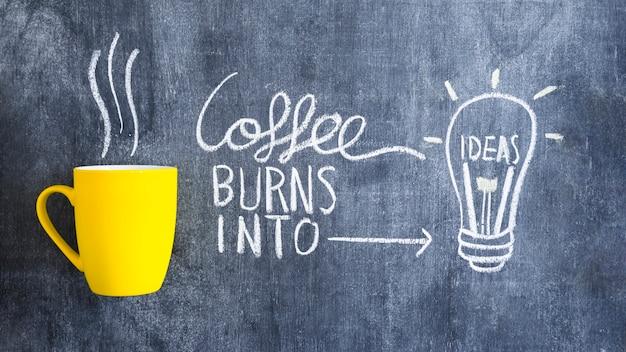 Kaffee brennt in die glühlampe der idee, die mit kreide auf tafel gezeichnet wird