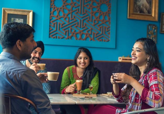 Kaffee-bruch-kaffee-tee-konzept der indischen ethnie trinkendes