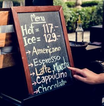 Kaffee-café trinkt getränkemenü auf kreide-brett