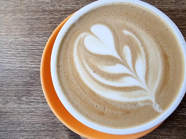 Kaffee dekoriert mit herz und blättern, guten morgen