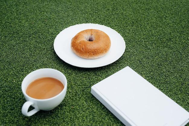 Kaffee, ein gutes buch und brot für einen guten morgen in der kantine