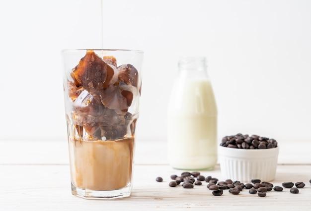 Kaffee-eiswürfel mit milch