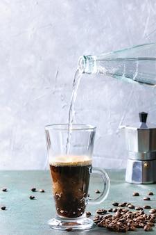Kaffee-espresso mit mineralwasser