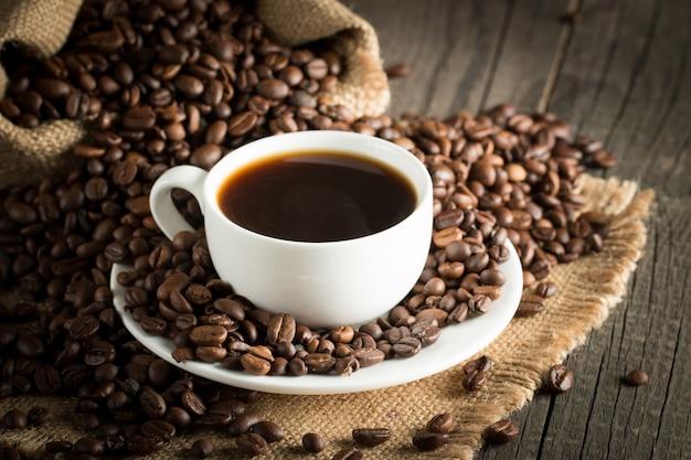 Kaffee espresso und ein stück kuchen mit einer locke.