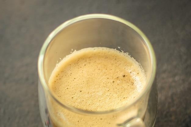 Kaffee frisch gebrüht in einer weißen tasse getränk (kaffee korn)