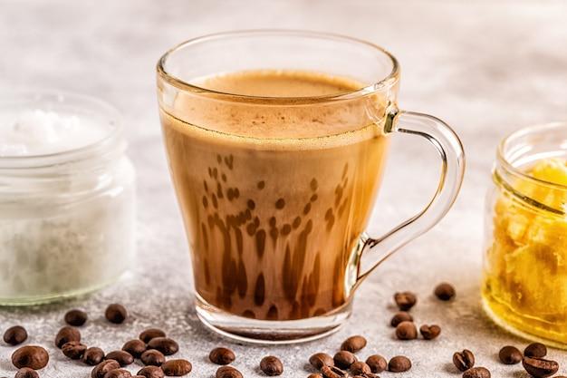 Kaffee gemischt mit ghee butter und mct kokosöl, paleo, keto, ketogenes getränkefrühstück.