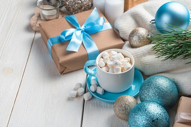 Kaffee-geschenkbox und tannenkugeln auf weißem hintergrund