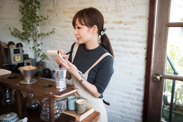 Kaffee-getränk-koffein-entspannung, die service trinkt