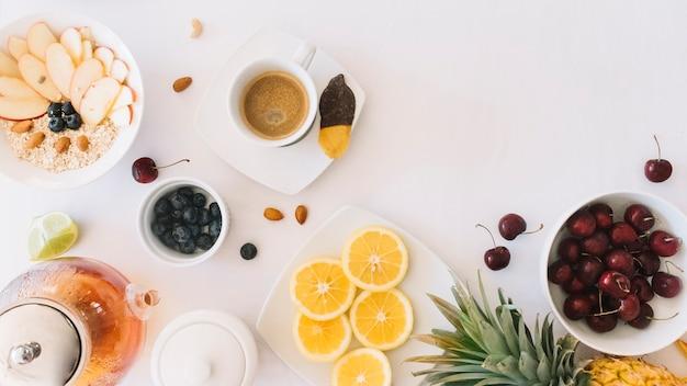 Kaffee; hafermehl; tee und früchte auf weißem hintergrund