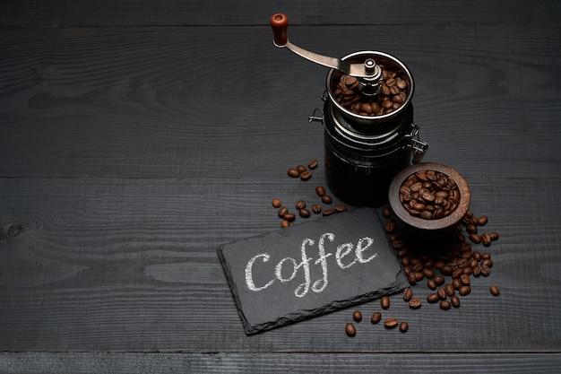Kaffee handgeschriebene inschrift zeichen auf kreidetafel kaffeemühle und bohnen auf dunklem holztisch