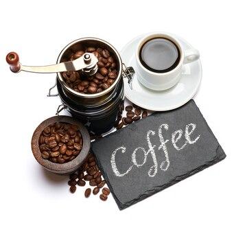 Kaffee handgeschriebene inschrift zeichen auf kreidetafel kaffeemühle und bohnen