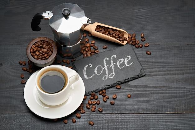 Kaffee handgeschriebene inschrift zeichen auf kreidetafel tasse espresso und ocha kaffeemaschine auf dunklem holztisch