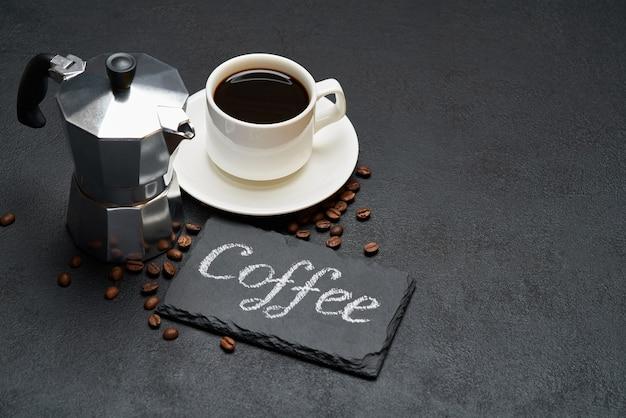 Kaffee handgeschriebenes inschriftenschild auf kreidetafel und tasse espressokaffee