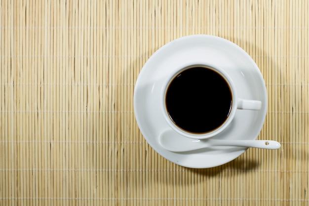 Kaffee heiß auf dem holzboden