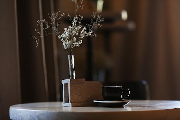 Kaffee. heißer espresso auf dem tisch