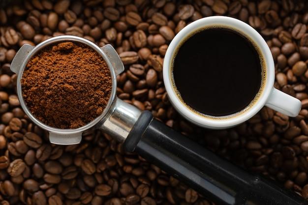Kaffee-hintergrund. kaffeeautomatik aus der maschine mit kaffee auf kaffeehintergrund. nahaufnahme.