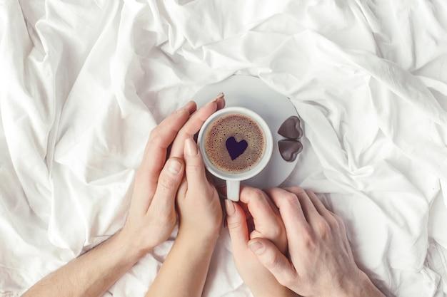 Kaffee im bett. selektiver fokus liebe trinken