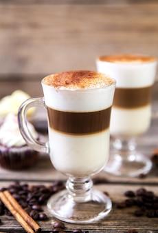 Kaffee im glas auf dem holztisch