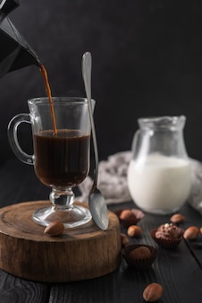 Kaffee im glas mit milch und trüffeln