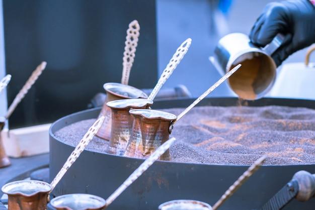 Kaffee im sand oder türkischer kaffee