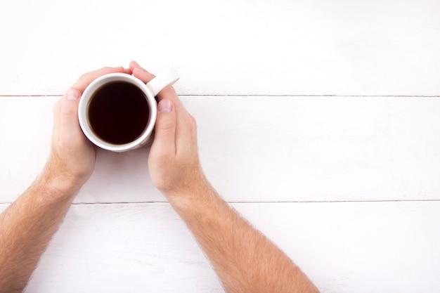 Kaffee in den händen eines mannes