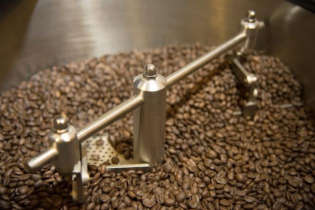 Kaffee in der kaffeemaschine in der nahaufnahme, shangrila, china