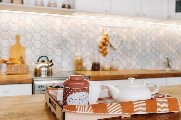 Kaffee in der küche auf dem tisch, nahaufnahme der weihnachtstafel mit saisonalen dekorationen,