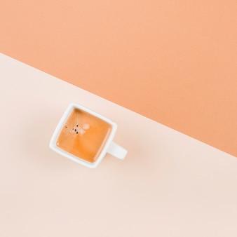 Kaffee in der weißen schale auf doppelhintergrund
