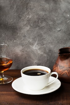 Kaffee in der weißen schale mit kognak
