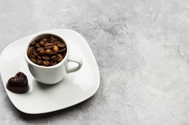Kaffee in der weißen schale und in den schokoladen. kopieren sie platz. essen hintergrund