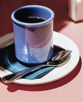 Kaffee in einer blauen tasse an einem sonnigen tag